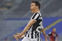 Stephan Lichtsteiner slaví gól Juventusu