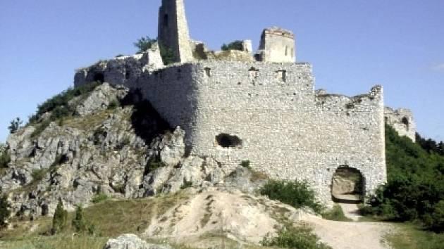 Zříceniny hradu Čachtice, okr.Trenčín v Malých Karpatech.