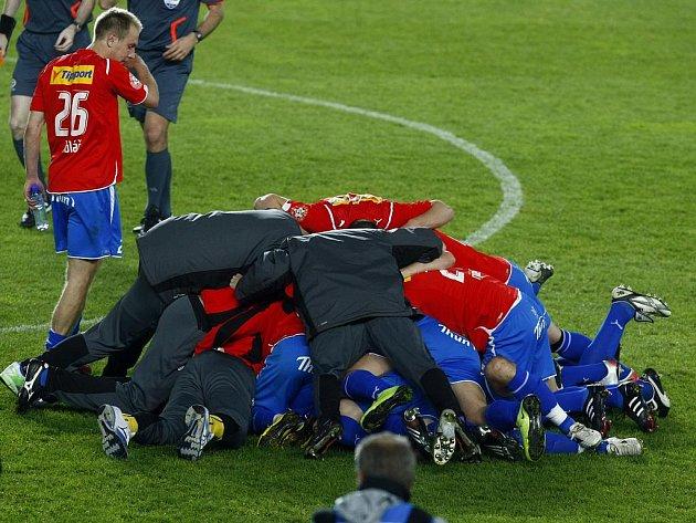 Fotbalisté Plzně se radují z triumfu v Ondrášovka Cupu.