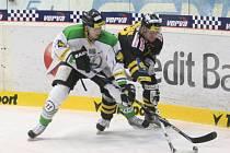 Hokejisté Mladé Boleslavi (vlevo) proti Litvínovu.