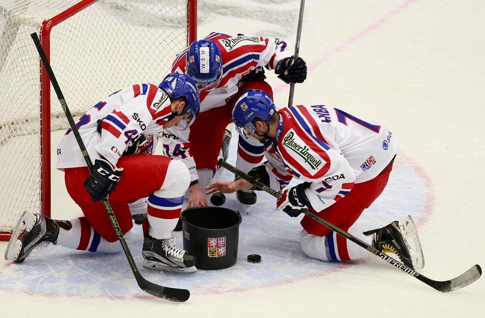 Čeští hokejisté před zápasem s Ruskem.