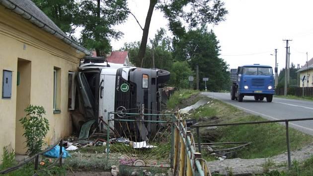 Kamion havaroval a narazil do domu.