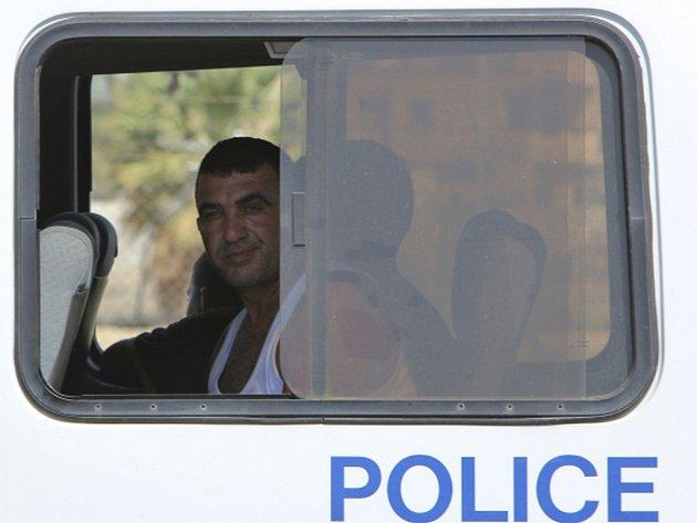 Kyperská policie zadržela a odvedla k výslechu tři lidi, mezi nimiž je zřejmě i kapitán lodi.