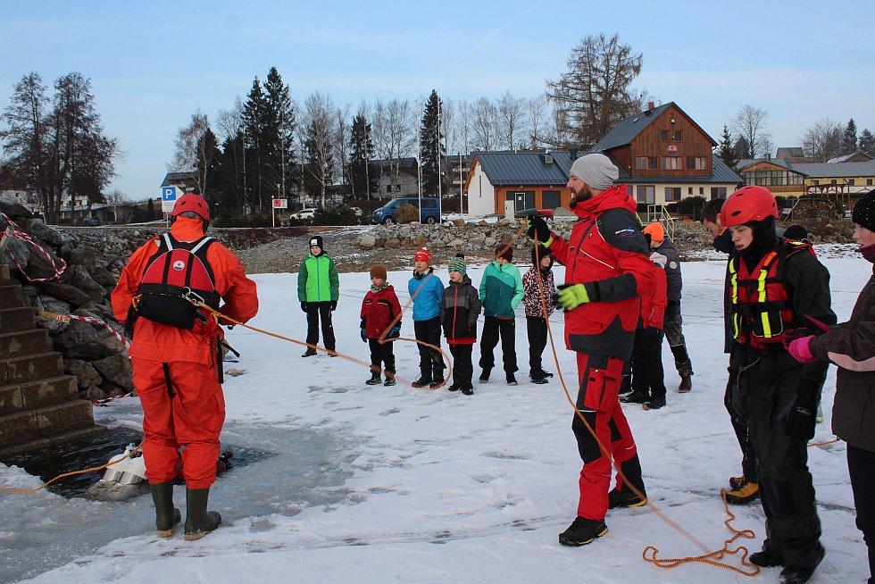 Mládež Vodní záchranné služby ČČK Český Krumlov nacvičovala na Dolní Vltavici záchranu z ledu.