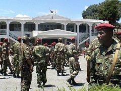 Politickou a hospodářskou krizi v ostrovní zemi se pokouší řešit nové vojenské velení.