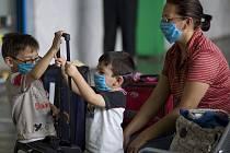 Obyvatelé Mexico City se proti prasečí chřipce chrání rouškami.