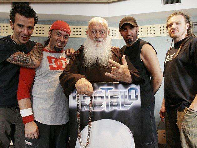 Mnich Cesare Bonizzi, známý též jako Fratello Metallo, čili Metalový páter, pózuje se svou kapelou na předměstí italského Milána.