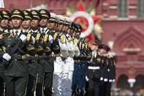 Ruské ministerstvo obrany nicméně letos počítá, že na Rudé náměstí 9. května napochoduje na 10.000 vojáků, ve vzduchu proletí 71 letadel a divákům se předvede stovka kusů pozemní techniky.
