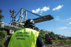 Záchranáři v italském Janově odklízejí ruiny mostu Ponte Morandi.