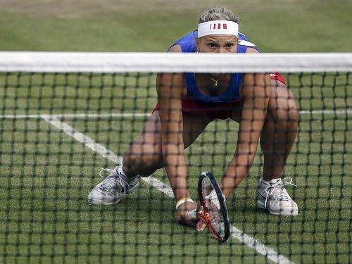 Lucie Hradecká vyhlíží svoji šanci u sítě.