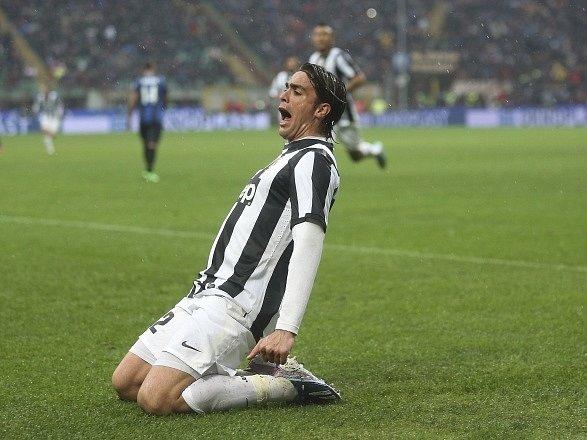Útočník Juventusu Alessandro Matri oslavuje gól do sítě milánského Interu.