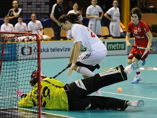 Lucie Paulovičová (vpravo) v zápase proti Švýcarsku