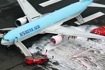 Na letišti Haneda v Tokiu bylo dnes těsně před startem kvůli požáru motoru evakuováno všech 319 lidí z letadla korejské společnosti Korean Air. Boeing 777 mířil z Tokia do Soulu.