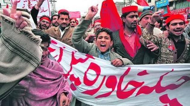 Lidé zorganizovaní opoziční pákistánskou stranou Awami demonstrují v Péšavaru proti rostoucím cenám mouky a rýže. Z potíží viní vládu v Islámabádu.