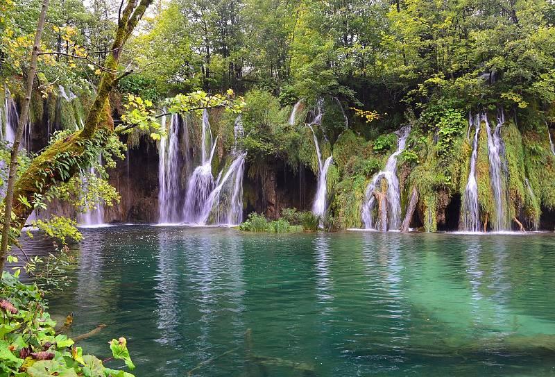 Chorvatský národní park Plitvická jezera nabízí dechberoucí zákoutí. Zároveň ale patří mezi tu menšinu evropských národních parků, do nichž i pouhý vstup je zpoplatněný.