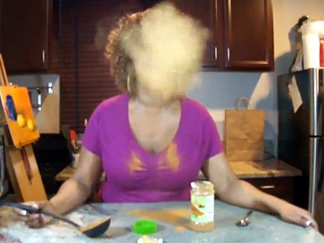 Internet baví nová praštěná zábava: polykání skořice.