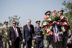 Vzpomínka konce války proběhla 8. května u památníku na pražském Vítkově. Miloš Zeman.
