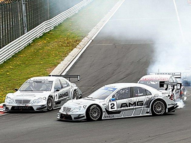 Milan Maděryč neubrzdil svoje Audi při startu sobotního závodu českého šampionátu na Hungaroringu a narazil do Mercedesu Václava Nimče (2).