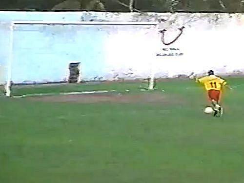 Prázdná branka zívá, Oliveira ho chce napálit do sítě, míč ale odskakuje a končí nad.