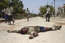 Mrtvý bojovník provládních sil ležel v pondělí v ulicích Mogadiša, které každým dnem opouštějí další tisíce zoufalých lidí.