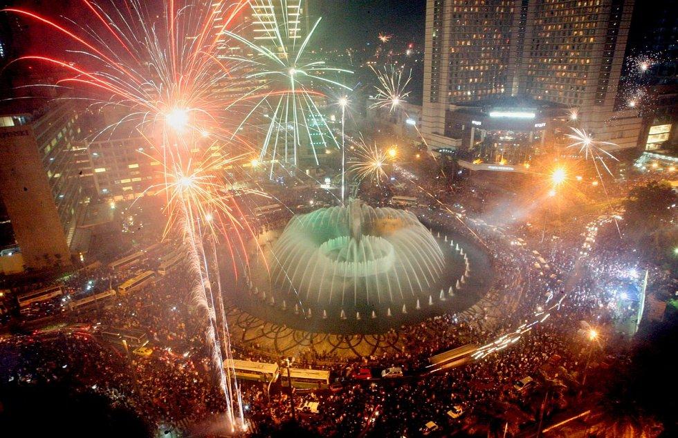 Kruhový objezd u hotelu Indonesia v Jakartě bývá místem, kde se během Silvestrovské noci schází tisíce lidí…