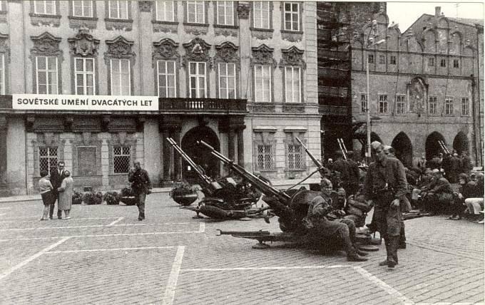 Vojska na Staroměstském náměstí v Praze