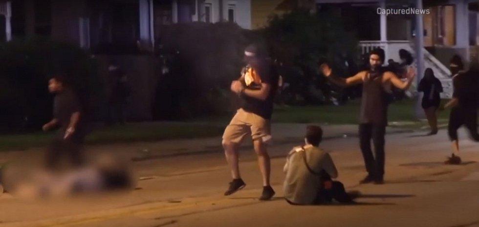 Po sražení na zem začal Kyle Rittenhouse střílet, zasáhl tři lidi