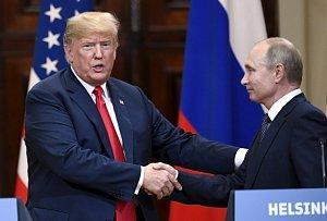 Americký prezident Donald Trump a jeho ruský protějšek Vladimir Putin na summitu v Helsinkách.