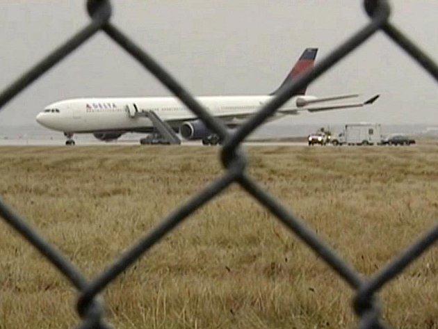Třiadvacetiletý Nigerijec, který tvrdí, že má vazby na teroristickou síť Al-Káida, byl v sobotu v USA obviněn z pokusu zničit letadlo typu Airbus A330 americké společnosti Northwest Airlines.
