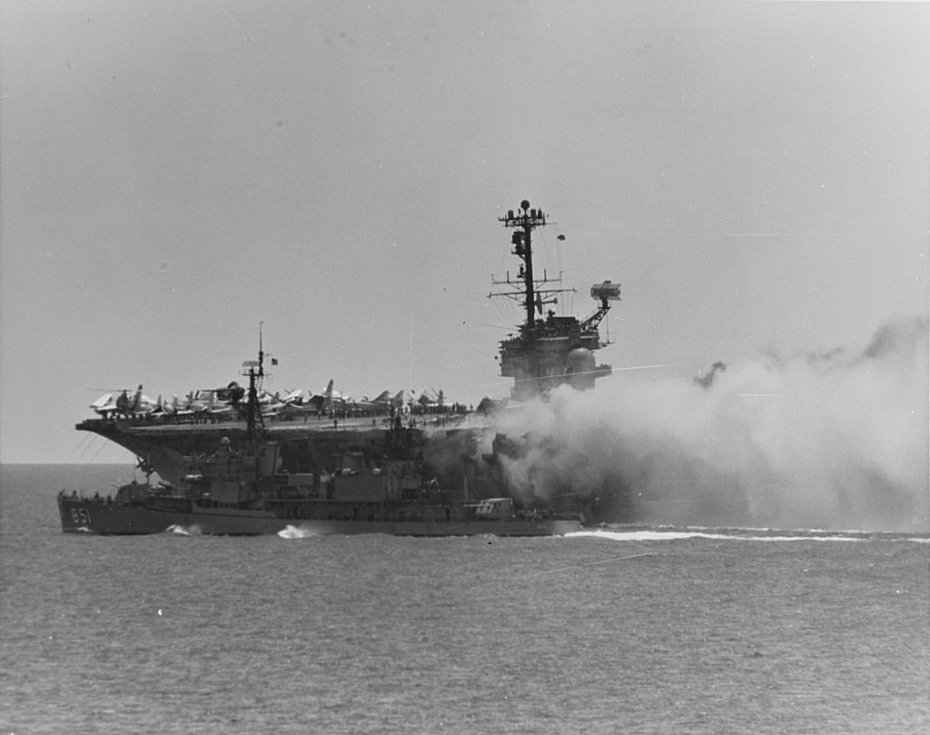 Americký torpédoborec Rupertus se snaží během operace v Tonkinském zálivu pomoci hořícímu Forrestalu. Kapitán lodi Rupertus musel se svou lodí manévrovat šest metrů od hořící lodi, což admirál Harvey P. Lanham označil za velkolepou ukázku námořního umění