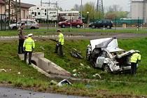 Osobní vůz značky Audi skončil v jímací nádrži, na místě zemřeli tři lidé.