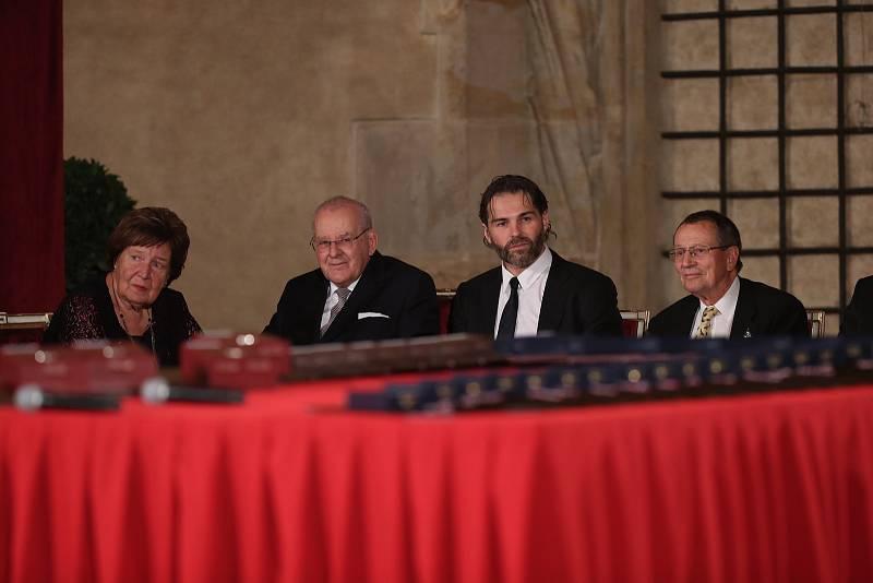Předávání státních vyznamenání 28. října na Pražském hradě. Vyznamenání dostal Jaromír Jágr (druhý zprava).