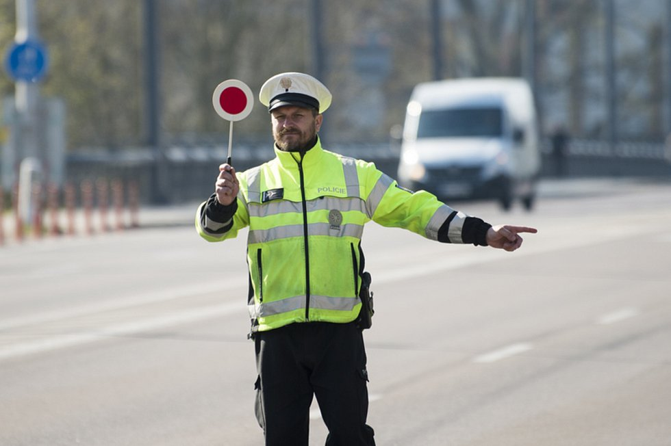 Policista při dopravní kontrole. Ilustrační snímek