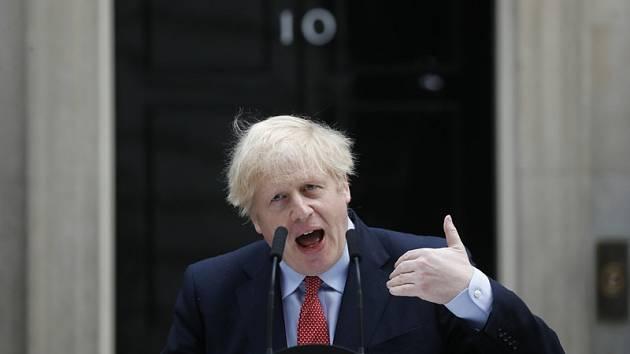 Britský premiér Boris Johnson hovoří před sídlem v Downing Street poté, co se po prodělání nákazy covid-19 vrátil do úřadu, 27. dubna 2020.