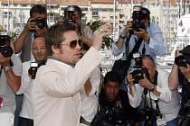 Brad nechal Angelinu doma u dětí a do Cannes vyrazil sám. Oblékl se na to případně - jako švihák lázeňský.