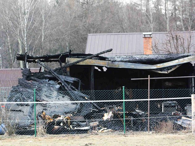 Na okraji Karviné, poblíž hranice s Polskem, v neděli 4. března ráno shořela zahradní chatka. Hasiči na spáleništi našli dvě ohořelá těla.