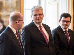 Prezident Miloš Zeman jmenoval 30. listopadu v Praze novým ministrem zdravotnictví Miloslava Ludvíka a novým ministrem pro lidská práva a legislativu Jana Chvojku. Vlevo na snímku je premiér Bohuslav Sobotka.