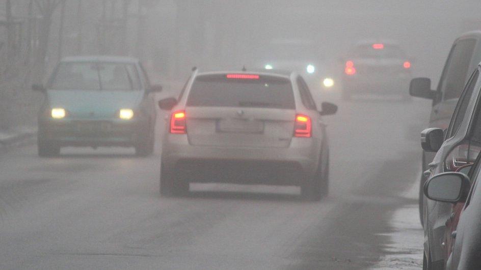 Mlha, sníh a namrzající silnice - Ilustrační foto