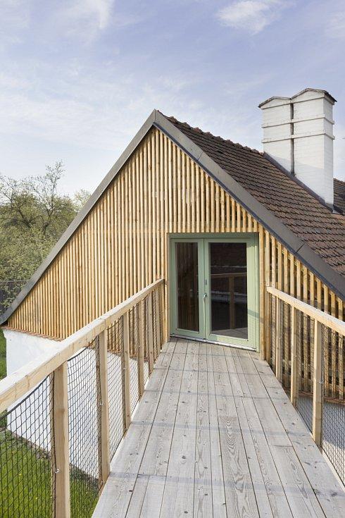 """Velmi nezvyklá je """"vzdušná"""" dřevěná lávka, která spojuje starý dům s novostavbou."""