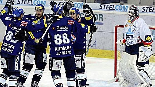 Vítkovičtí hokejisté se radují z gólu do sítě Pardubic.