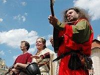 Oslavy začaly, středověcí hudebníci rozezněli staroměstské náměstí.