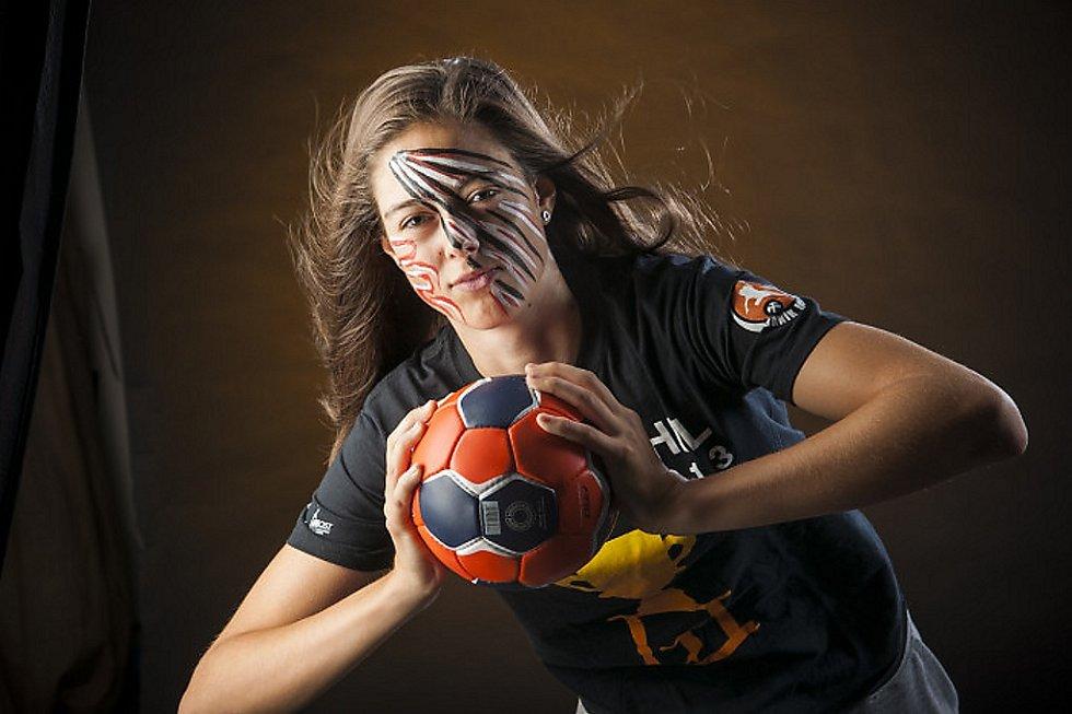 Mostecká třiadvacetiletá házenkářka a reprezentantka České republiky Dominika Zachová během týmového focení