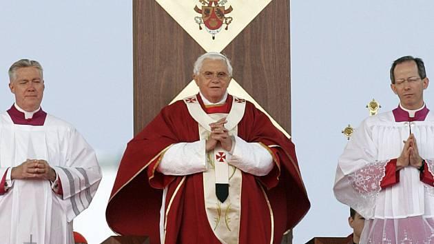 Papež na závěr celebroval mši na koňském závodišti Randwick v Sydney.