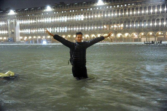 Záplavy v Benátkách: Pro některé turisty zážitek, pro místní utrpení.