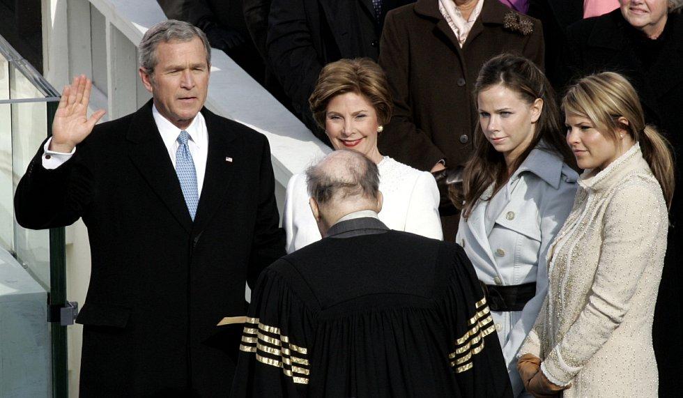 2005, George W. Bush. Nejčastěji američtí prezidenti přísahají na bibli. Tak jako na začátku svého druhého funkčního období George Bush. Ale povinností to není. Například ikonický prezident Theodore Roosevelt na ni nepřísahal