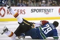Hlavní bitka: Brian McGrattan z Calgary a Tom Sestito (číslo 29) z Vancouveru