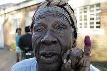 Obyvatelka města Bulawayo ukazuje prst označený nesmyvatelnou barvou na důkaz, že již odevzdala svůj hlas. Většina Zimbabwanů se však podle pozorovatelů volební frašky nezúčastnila.