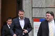 Marek Čmejla (uprostřed) odchází od soudu ve švýcarské Bellinzoně, kde 15. května pokračoval proces s bývalými manažery a majiteli Mostecké uhelné společnosti, kteří jsou obžalováni z praní špinavých peněz, podvodů a korupce.