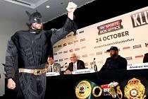 Boxer Tyson Fury přišel na tiskovou konferenci k zápasu s Vladimirem Kličkem jako Batman.