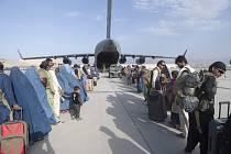 Lidé evakuovaní americkou armádou z Afghánistánu nastupují na kábulském letišti na palubu letounu C-17 Globemaster III